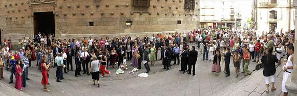 Boda celebrada en la ciudad de Salamanca, la imagen corresponde a la catedral y los novios a punto de salir
