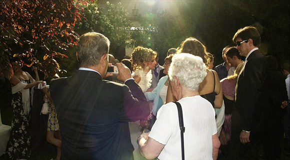 Tras la ceremonia la novia es felicitada por todos los asistentes a la boda