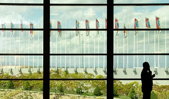 Imagen del Ifema con un ejecutivo en contraluz. Zona Barajas
