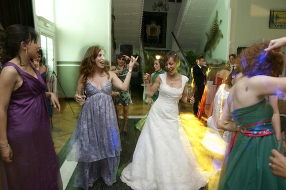 Fiesta nocturna, la novia bailando con sus amigas en un palacete de una finca de Torrelodones.