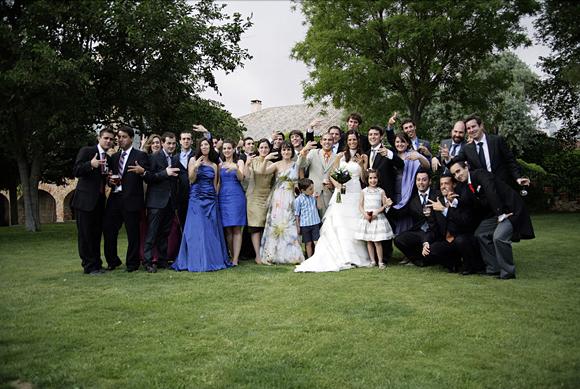 Foto de grupo donde salen los novios con sus amistades hecha antes del banquete nupcial.